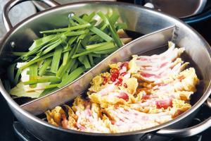 名物! 1度に2つの味を楽しめるハーフ鍋も人気。※本店のみの取り扱い。
