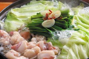 あっさりとした塩が素材の味を引き出す。味自慢の「黒毛和牛 塩もつ鍋(1人前1300円)」。