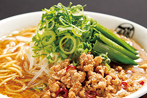 名古屋名物、「台湾らーめん(740円)」は、ピリ辛のひき肉、ニラ、もやしがのったパンチの効いたおいしさ。