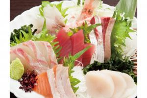 「お造り盛合せ(980円)」はいろんな種類の鮮魚が味わえる。