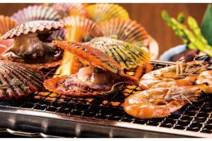焼けたヒオウギ貝を肴でついお酒も進んでしまう。