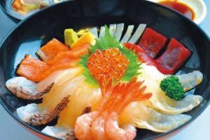 盛り付けも鮮やかな新鮮な魚介で仕上げた「越後すし丼」
