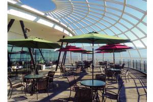 暖かい日差しが差し込むテラス席で、旬の味覚と眺望を楽しみながらゆったりとひと時を過ごしてみては…