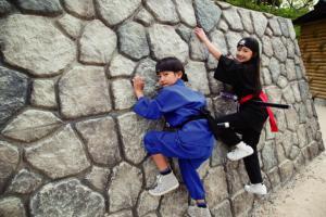 忍術皆伝の道★忍者修業が体験できるアスレチック。忍者のように壁をつたって進む「つたい壁」や鳴子のついたロープを掻い潜る「鳴子地獄」、随所に仕掛けが潜む「からくり迷路」など、忍者に必要な様々な能力を鍛える12つのアイテムを攻略しよう。